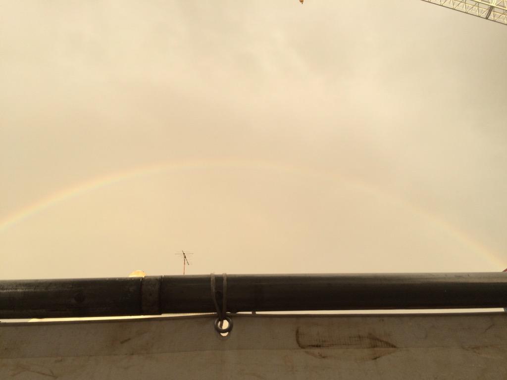京王線にて、進行方向左手に虹が出ております、とのアナウンス。ほっこりするけどもう消えとる。 写真は10分前の虹。 http://t.co/4DBZyxvRzk