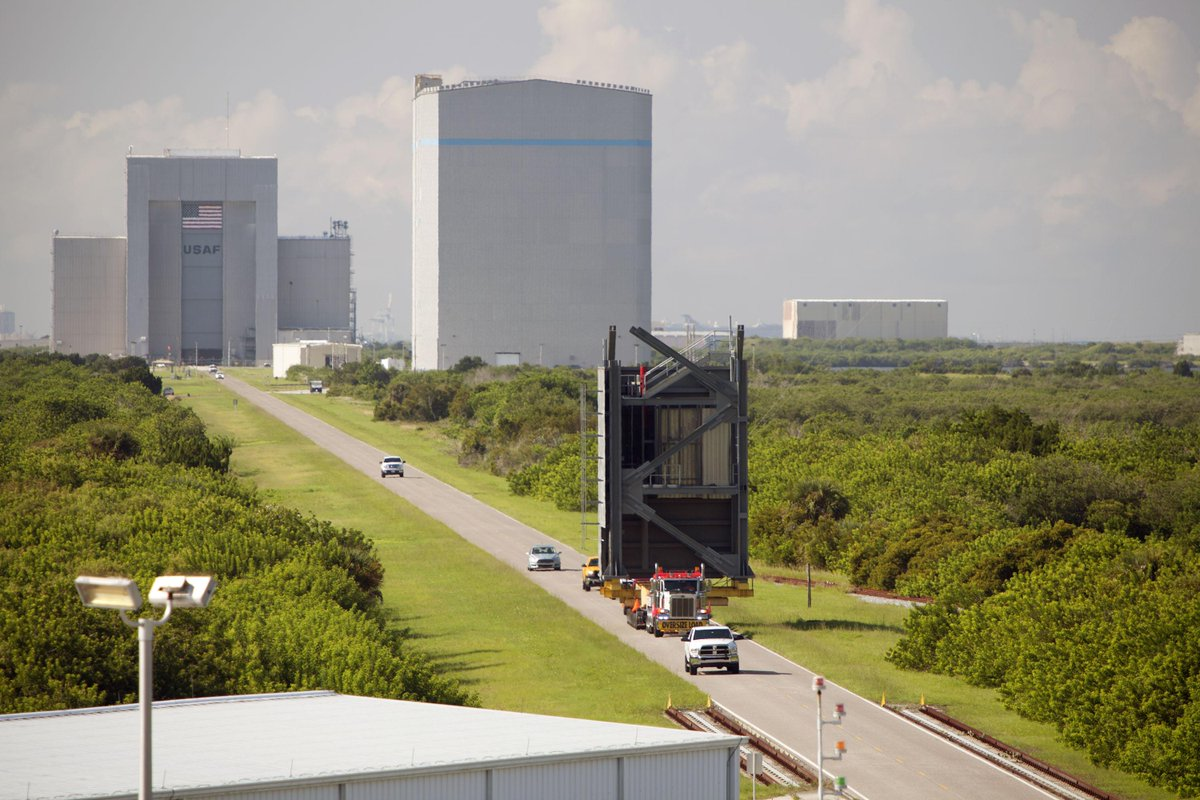 Good times roll....a big, and completely different payload rolls to the Atlas V pad...@CommericalCrew access tower http://t.co/h9jY7sLMgT