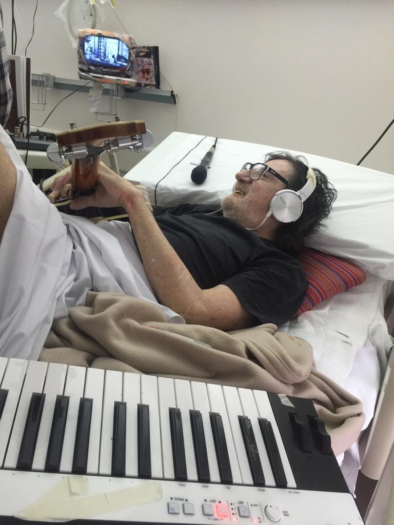 Charly haciendo música en la pieza de la clínica un maestro http://t.co/z3M8rtsuZr