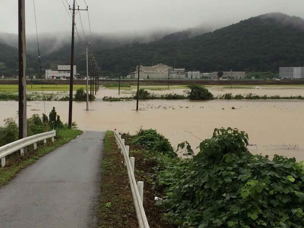 【浸水・冠水箇所にご注意を】写真は越名町の三杉川あたりです。市内にも冠水箇所があります。土地の低い地点では特にご注意ください。特に、車で入り込まないよう慎重に運転してください。 http://t.co/S52aifpTkF