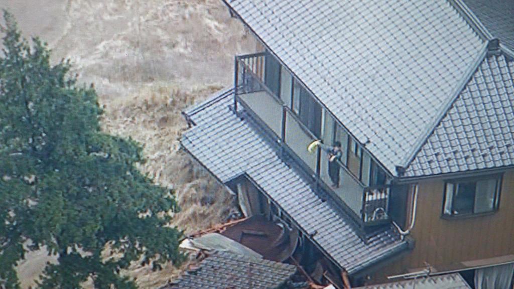 常総市、鬼怒川決壊で救助を待っている人たち。大変な状況です。 http://t.co/mzIQvN1xvL