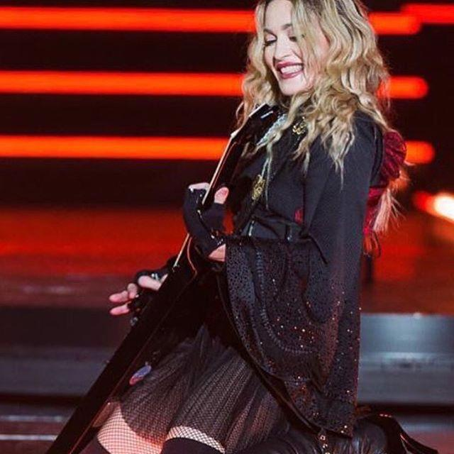 Montreal you had me down on my knee's! Thank you a memorable night! ❤️ #rebelhearttour http://t.co/4O3dT6uFTS
