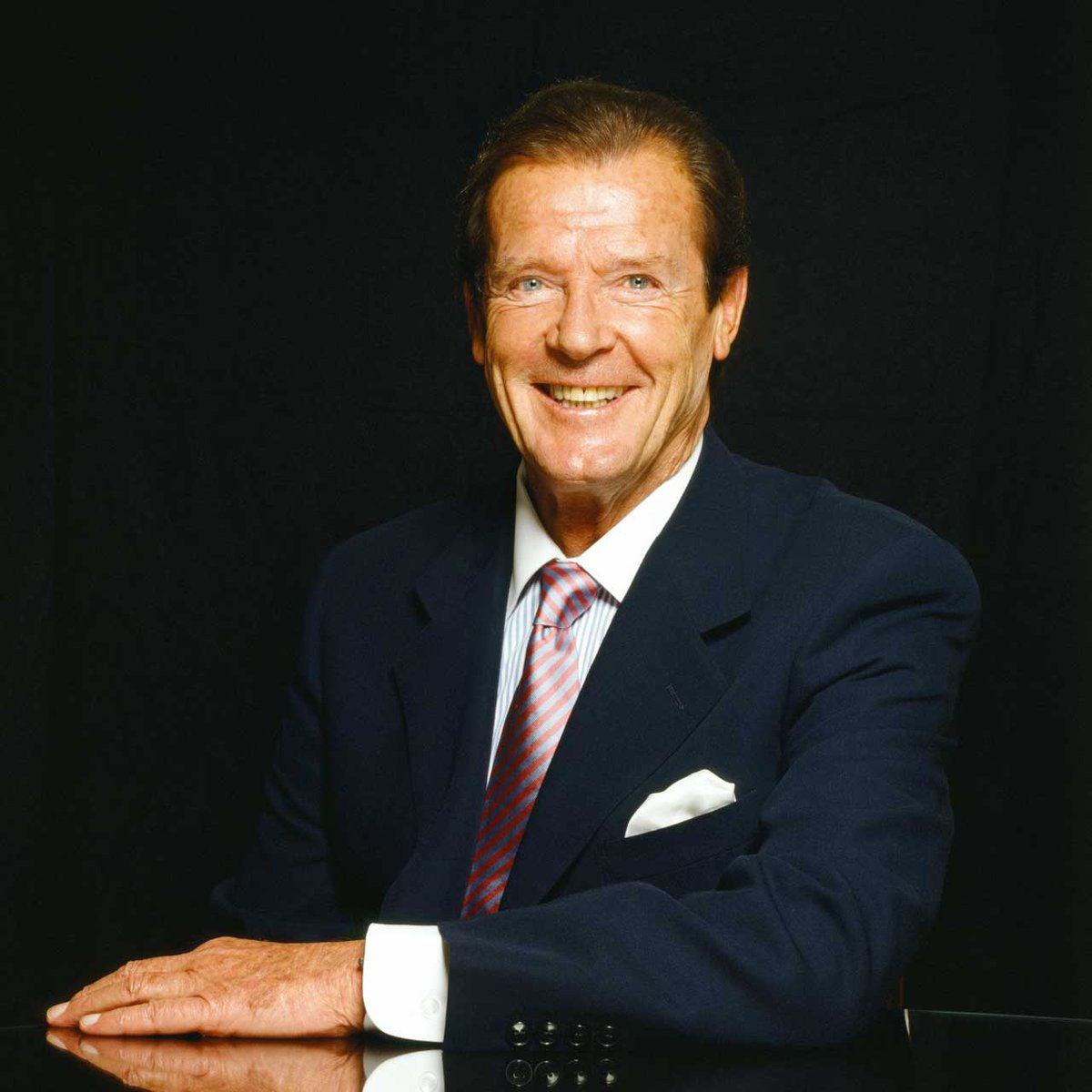Legendary 007 star Roger Moore is coming 23 Oct @Grand_Theatre http://t.co/kSJw4hBx4F @sirrogermoore @mooreontouruk http://t.co/uVzHXVshhr