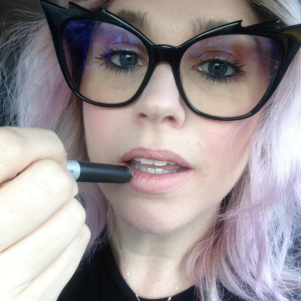 What better way 2 celebrate my 1st day of shows than w/ a new MAC lippie! #NYFW  #macbackstage  #nude #matte #pencil http://t.co/oy1pcUkXbP