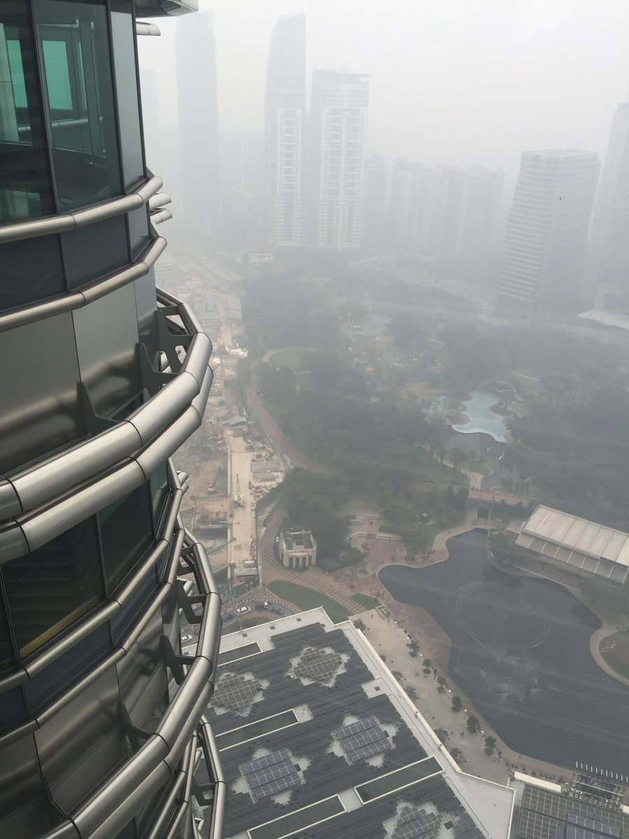 Finally made it to the Petronas Towers. But why on a day like today #haze #thanksindonesia https://t.co/RjJj40JxG2 http://t.co/gxQBhW89CO