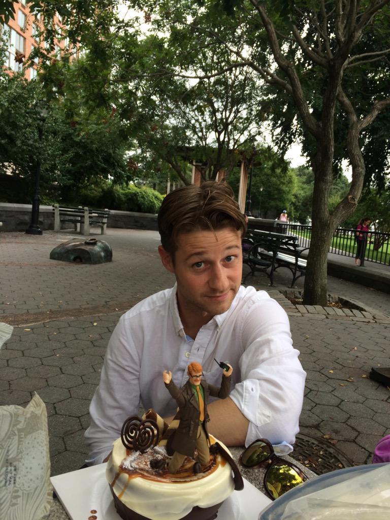 @realdavidmazouz 's cake for @ben_mckenzie 's bday http://t.co/QhbKUGVZY7