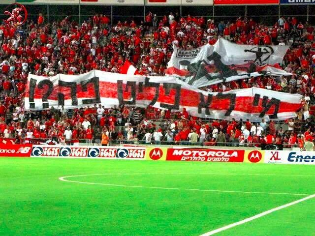 """@101greatgoals Hapoel Tel Aviv banner reads, """" who isn't a refugee here?"""". http://t.co/isM6O85MPI"""