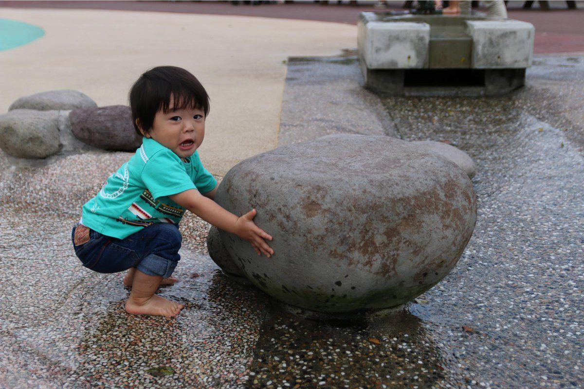 でかい石を持ち上げようとしてる息子の写真でずっと笑ってる http://t.co/h4wBAILwRs