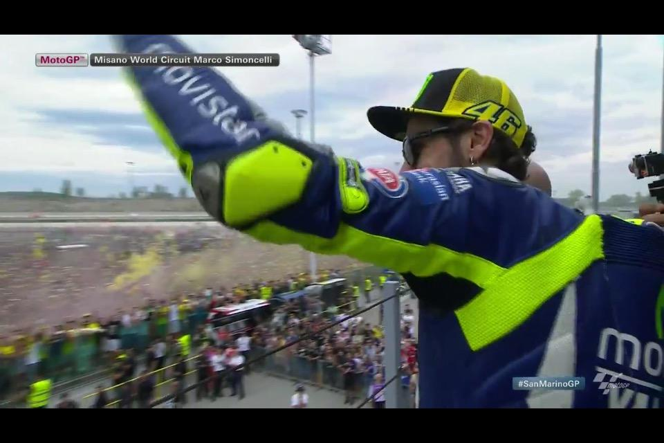 #MotoGP #SanMarinoGP - No podium but Rossi came to talk to the crowd and threw his knee sliders to his fans http://t.co/EeZ06f23Kp