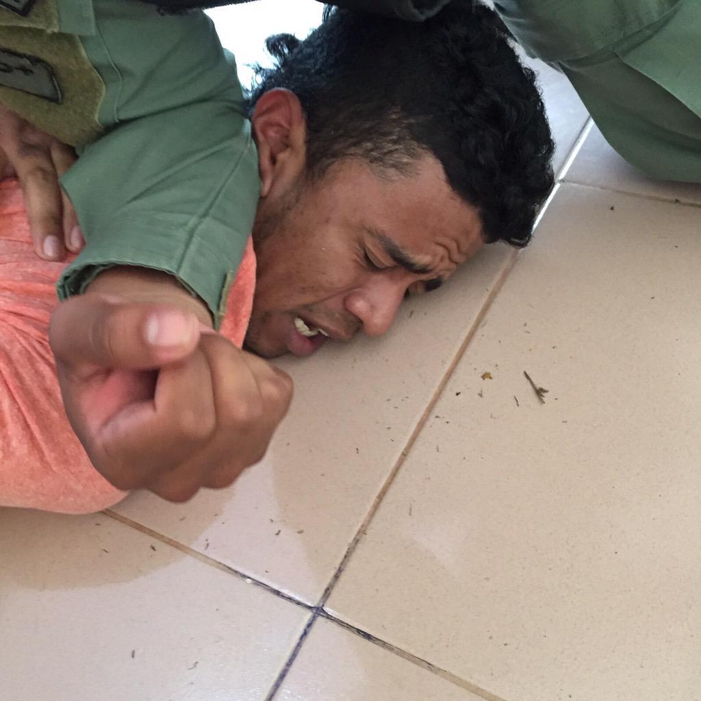 Primeras imágenes de la captura de Jaén Cherigo por la Policia Nal en la barriada la Perla de Santiago de Veraguas. http://t.co/0gr9LCLxFO