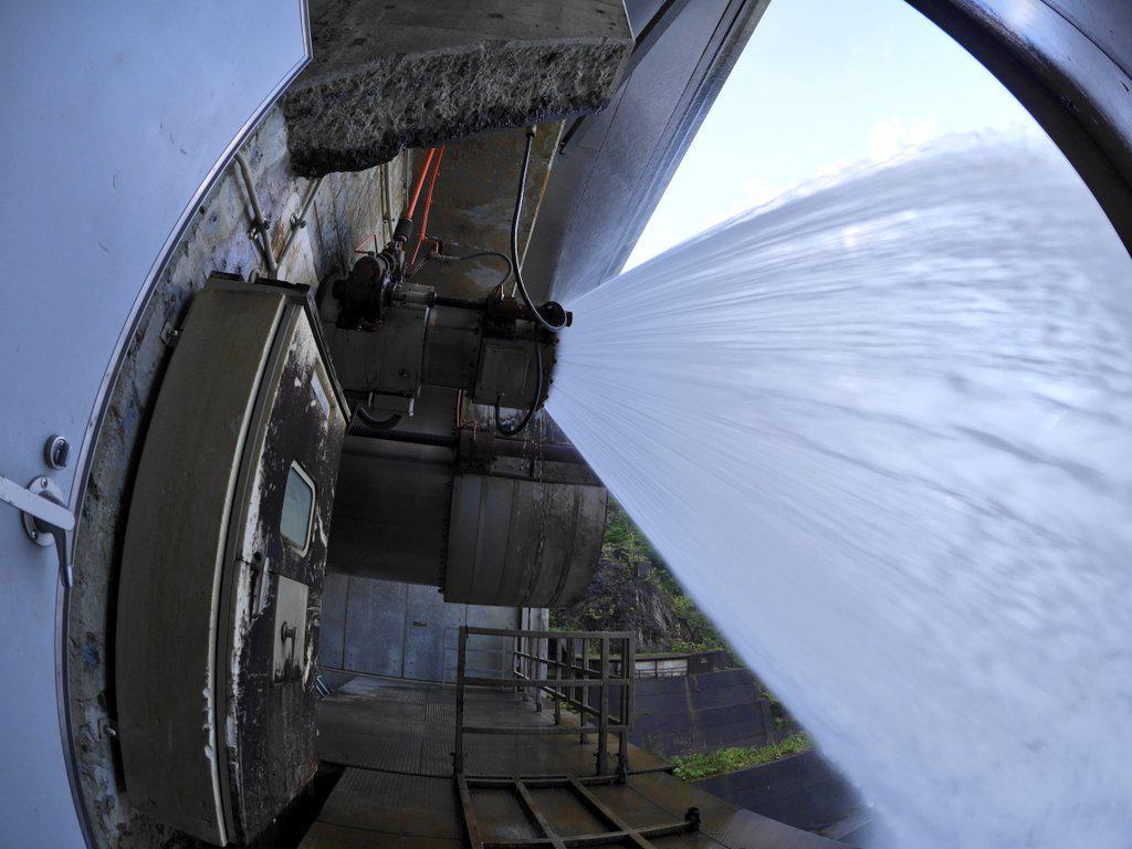 豊平峡ダムの見学ではキャットウォークを通って観光放水中のバルブの横まで行きました。 http://t.co/pinpSE9Cs6