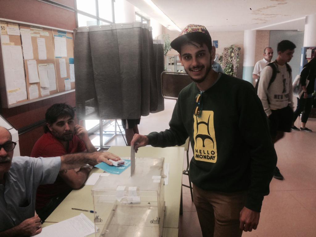 El @seramirez17 A Vingut d Londres,a les 9h a votat  i a les 11h amb un somriure a marxat cap a Londres #27S http://t.co/uN1FMeW9Hj