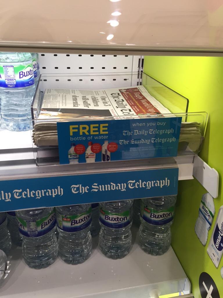 نهاية حزينة تنتظرالصحف الورقية:صحيفة التيلجراف العريقة عندهم عرض:اشتر الصحيفة وخذ ماء مجانا.لاحظوا مكان عرض الصحيفة! http://t.co/dDfNmwa53G