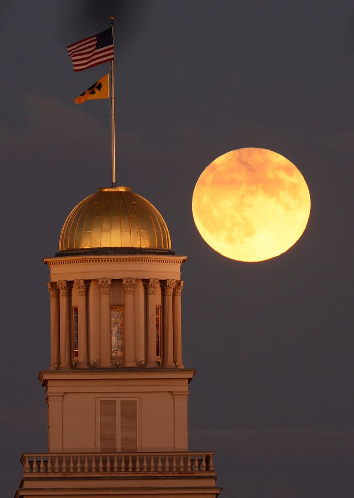 Moonrise over the Old Capitol. #SuperBloodMoon http://t.co/l4yBlnd69K
