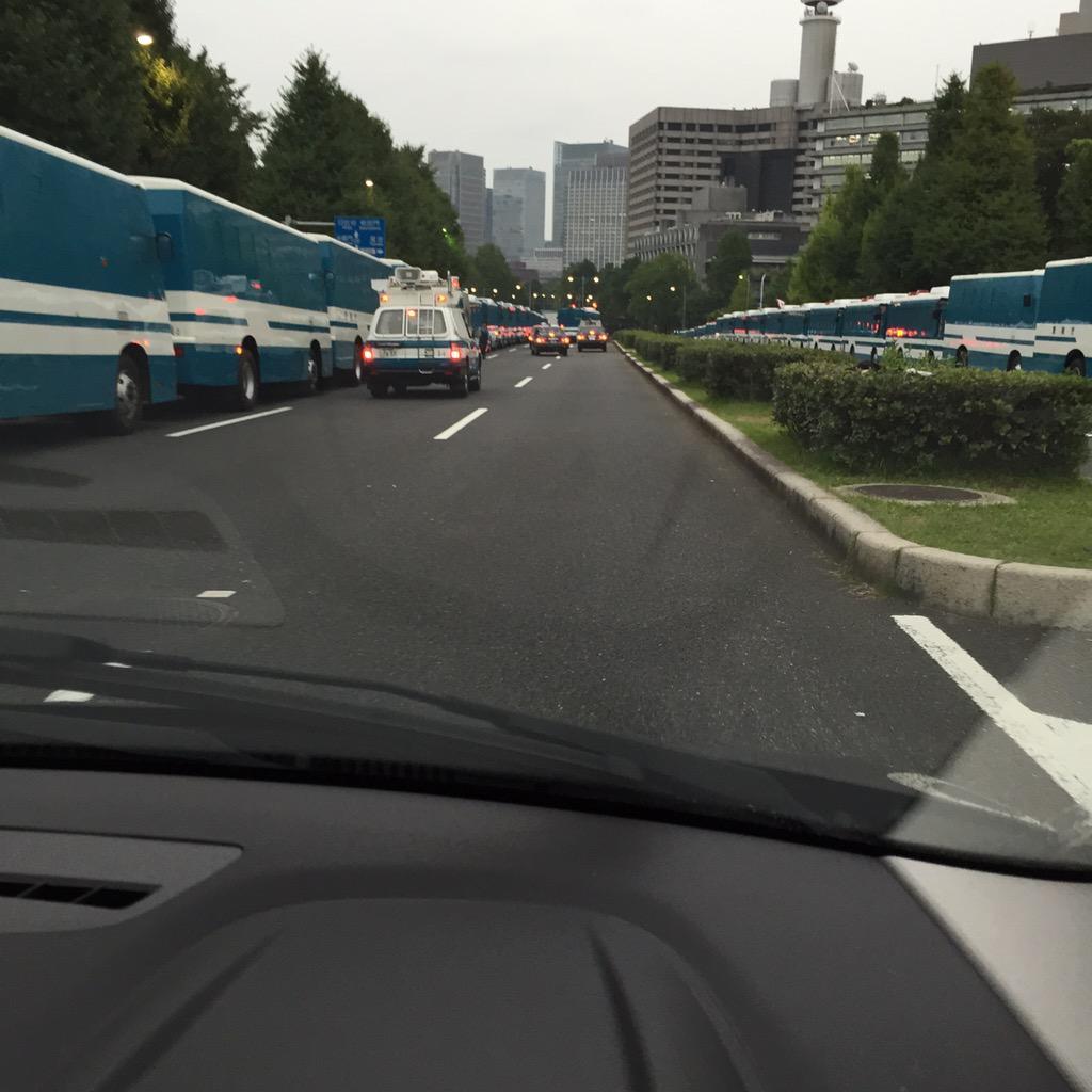国会前は両サイドを警察大型車両で歩道をブロック!厳戒体制でした! http://t.co/OxawQl3bGV