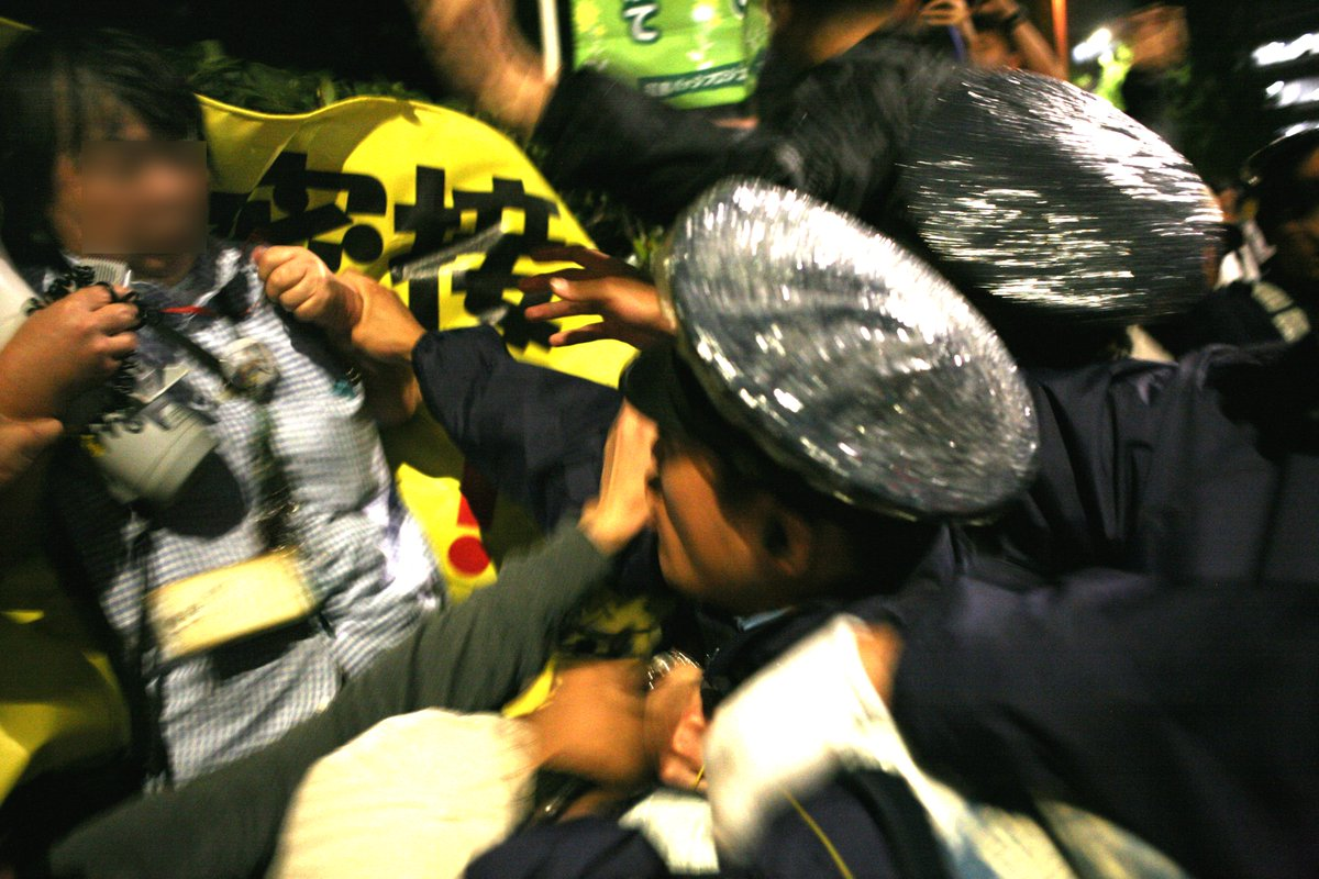 http://t.co/DjWHq7IVtQ 国会に行く道をふさぐ過剰警備に抗議する市民に対し、警視庁第4機動隊が襲い掛かり、高齢女性と若い男性の2人を逮捕。公務執行妨害という口実だが妨害などない。特別公務員暴行陵虐罪の現行犯。 http://t.co/rB7VrqgWYw