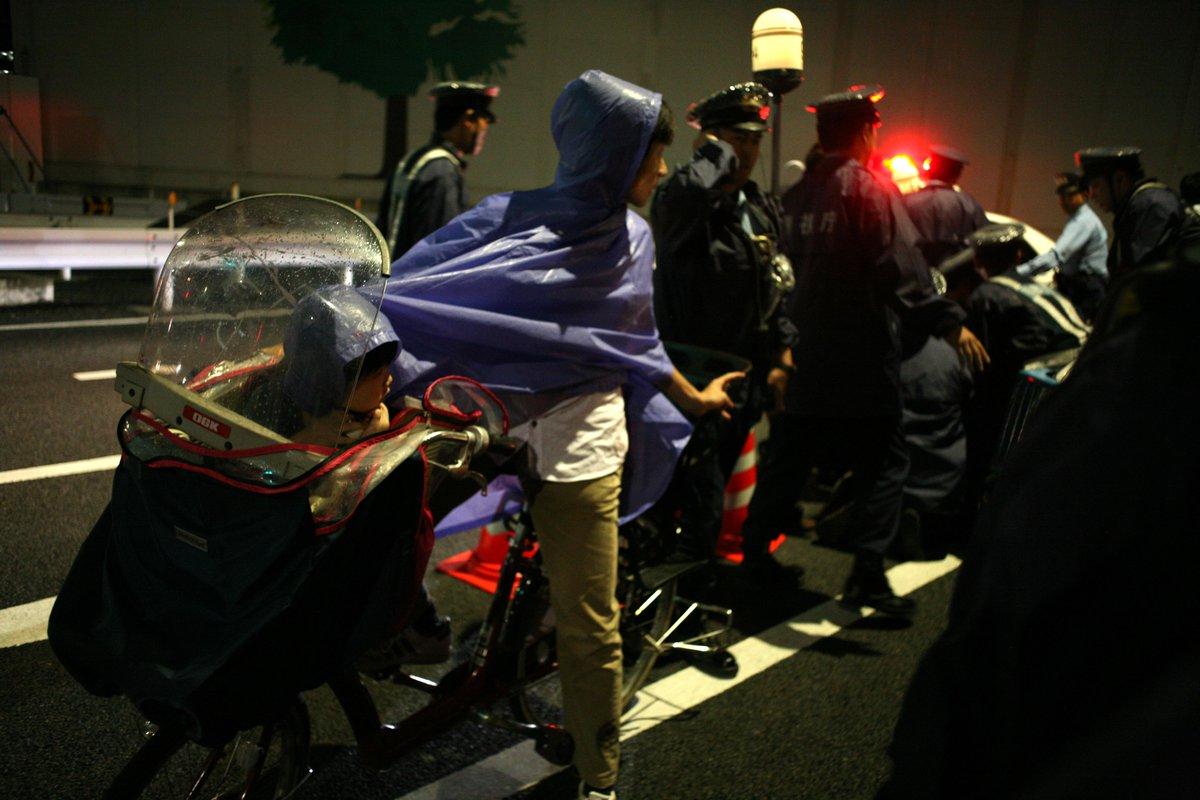 国会に続く道を封鎖する警察に対して「ここを通せ」と平和的に訴える市民を警視庁第4機動隊が猛然と襲い掛かり、若い男性と高齢女性を不当逮捕した。公務執行妨害の現行犯というが2人は何もしていない。路上に倒れた女性をパトカーに押し込む警察官。 http://t.co/FpRDbOSUs5