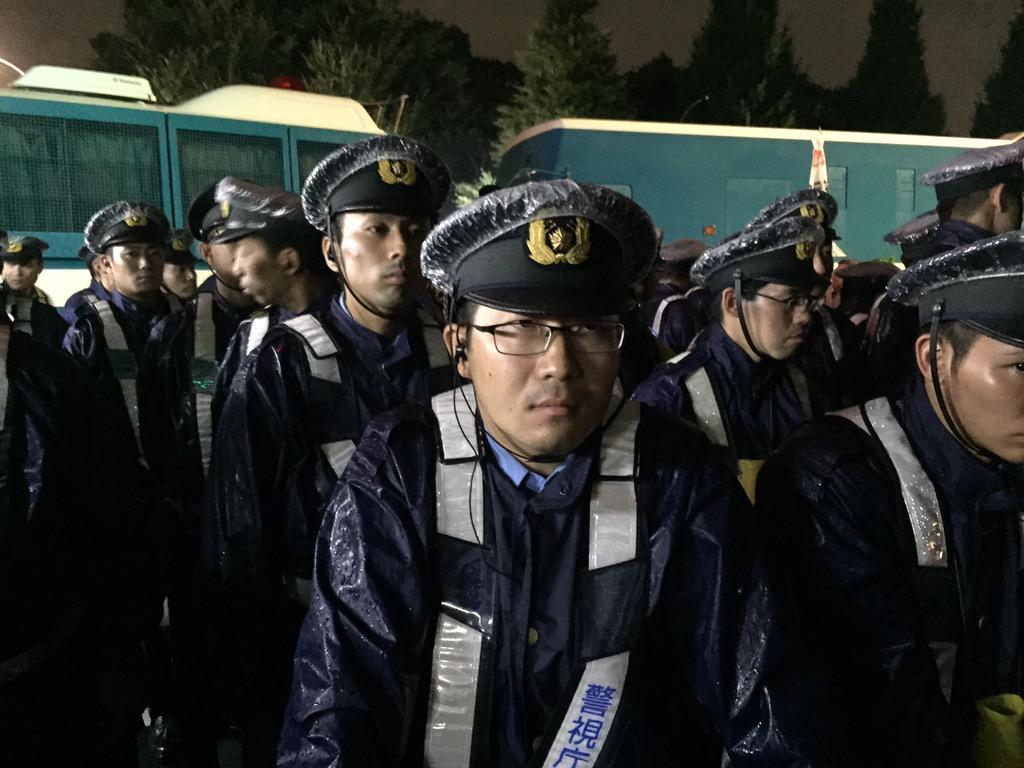 警察官である前に人であれ! 所詮職業だろ! 辞めたらただの人! 腐った組織は、中からしか変えられないんだよ!  RT @hideinu: あんたたち、何を守ってるんですか? http://t.co/ACrCATJmO5