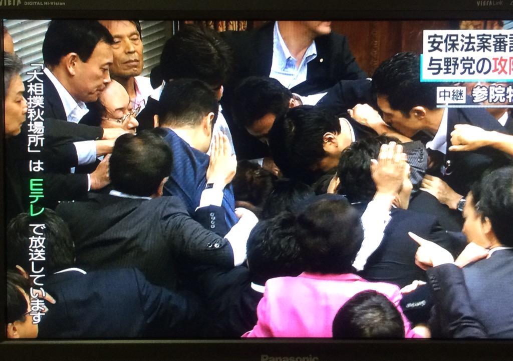 NHK「何か読み上げているようです」「全く聞き取れません」。与党議員は何度か立ち上がって拍手。そして、鴻池委員長が退出。「散会したということでしょうか?」「詳しいことは分かりませんが、なんらかの採決が終わったとみられます」 http://t.co/hqHV7Ci7oL
