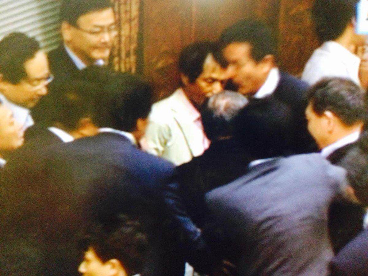 #kokkai #NHK 鴻池委員長が退出。会場、メデイアとも音声が入っていませんので、内容はわからず。法案の採決が行われたようですと、NHK。 http://t.co/Co2m2HxSyQ