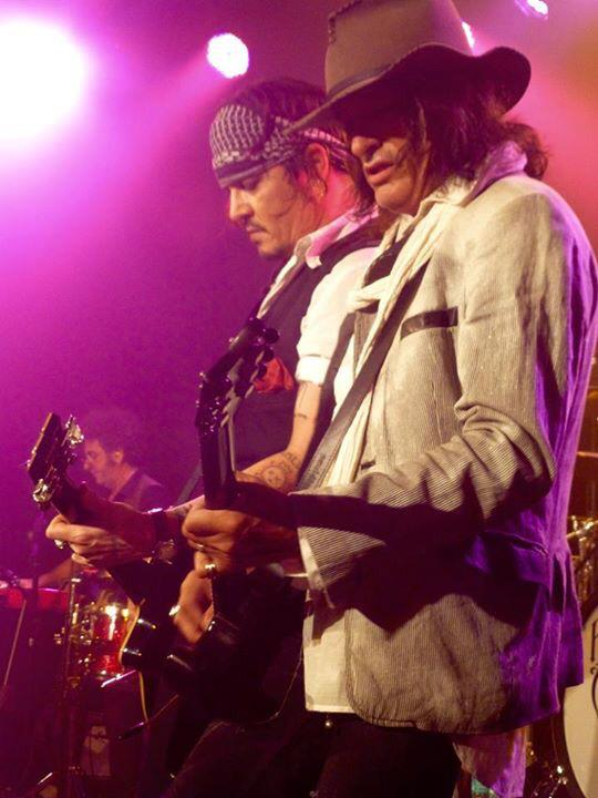 Cool & beautiful guitarists of @hollywoodvamps @theroxy #HVampsLive @JoePerry http://t.co/sLgv36sJY9