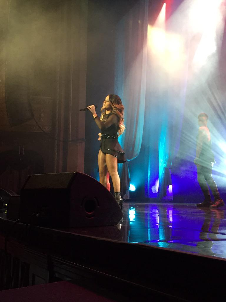 @iambeckyg performs Singing in The Shower at Hispanic Heritage Awards #HHAwards15 after getting HHA Inspera Award! http://t.co/h9SsSQf5Sv