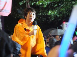 9月17日国会前で室井佑月さん 「お願いがあります。TV出演者や物書きで政府のやり方を怖いと思ってる人は多い。良い記事や歌手や役者のコメントを見つけたら、応援する意見を送って欲しい。」 https://t.co/Bj4GlI4a24 http://t.co/6BYj1qHDit