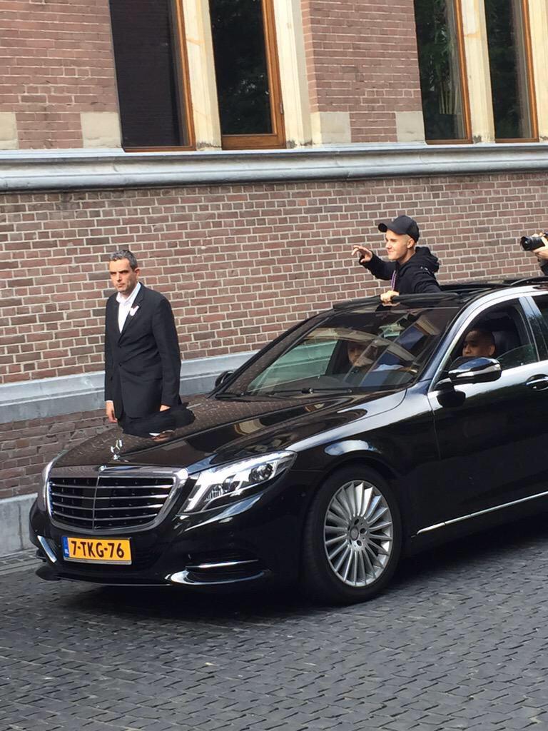 Hilarisch! Meiden filmen Justin Bieber in Amsterdam. Via @jbcrewdotcom http://t.co/AUMZA3o7ca http://t.co/dFro7Pr239