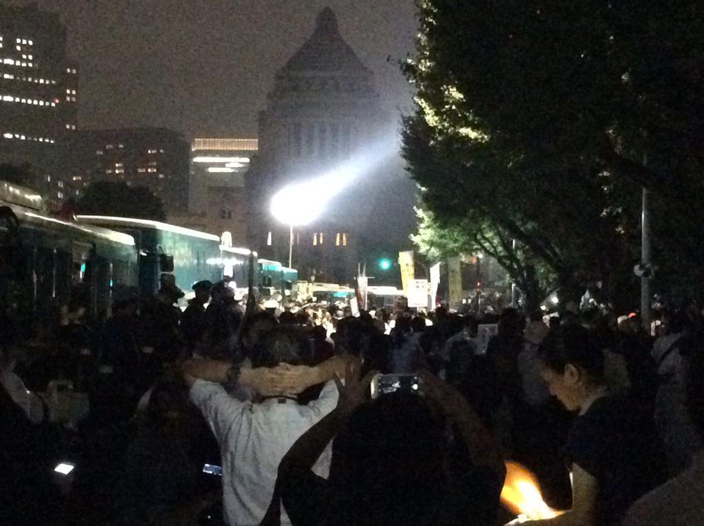 23時半近いのに国会正門前にはまだ大勢の人が。さらに驚かされるのは、まだやって来る人もたくさんいることです。 #SEALDs #国会前 #本当に止める http://t.co/D454O0pdrf