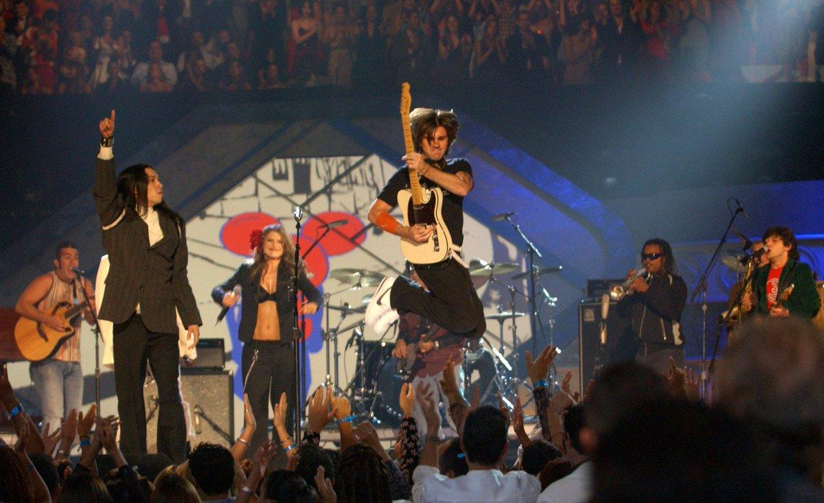 RT @LatinGRAMMYs: #FlashBackFriday: @Juanes y @BEP en el escenario de la 4a Entrega Anual del #LatinGRAMMY #FBF http://t.co/QydIgejR9L