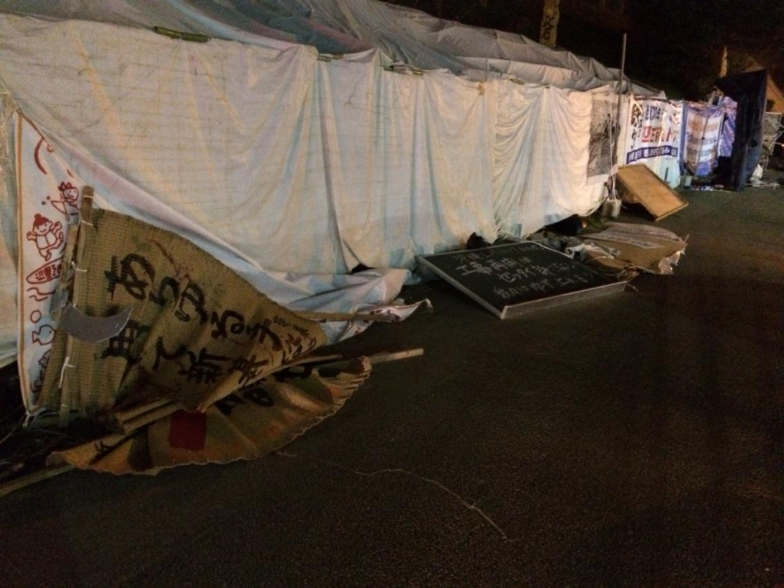 右翼が刃物を手に、「殺すぞ」と言いながらテントに入ってきて、テントを壊し、けが人まで出たのに、警察は、逮捕するどころか、右翼の腕さえ掴まない。なんでだー? おかしいでしょ、どう考えたって。 RT @tchiezinha: 酷いよ… http://t.co/CoFm77HspN