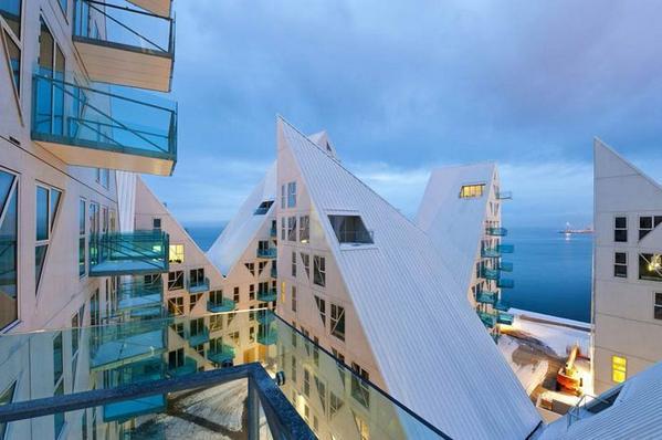 Hoe cool is een #duurzaam wit dak onder #architectuur? Oordeel zelf... @Derbigum_NL @EdwinRvanDijk @DTNL_advies http://t.co/Bw8H0paYGl