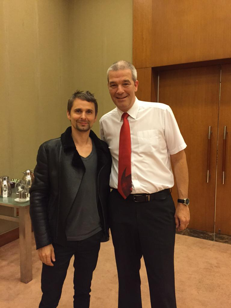 Before playing their World Tour gig in Shanghai tomo #MUSE decided to come and watch the snooker final! @MattBellamy http://t.co/nrGmh4Igbm