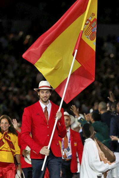 Para los que quieren dividir lo indivisible.ESPAÑA! hoy Campeones de Europa con @paugasol, de Sant Boi, de abanderado http://t.co/Bzxl4pXpMK