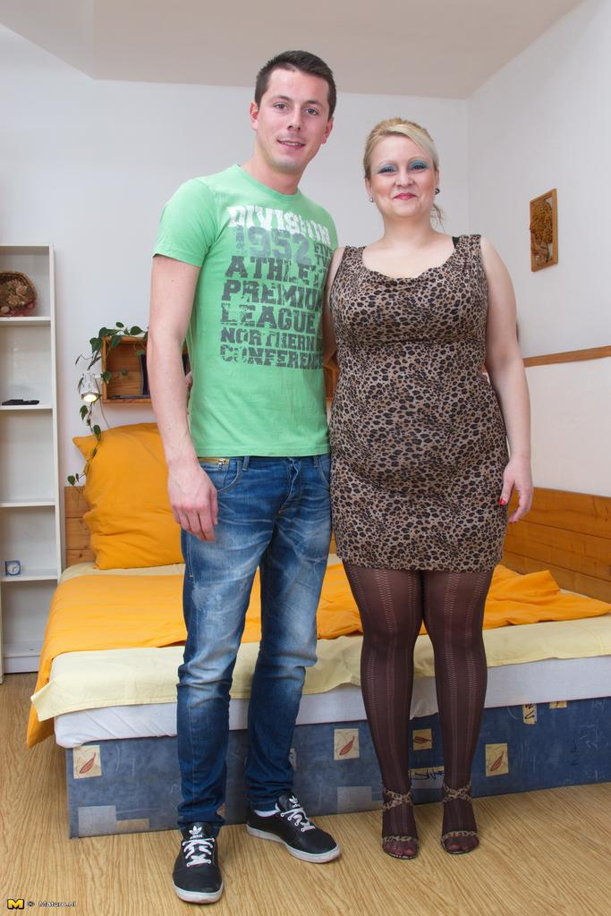 Hot older lady Samantha Jayne takes a young boy's virginity № 1455809 без смс