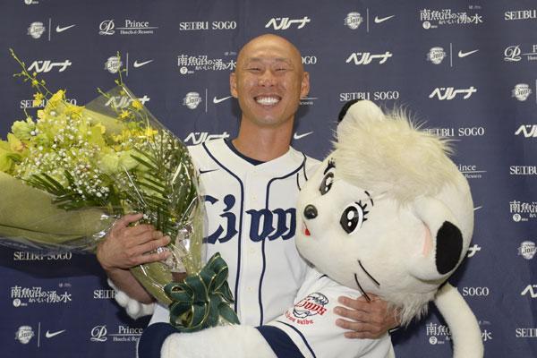 森本稀哲選手が現役引退を表明 #seibulions #npb 最後まで涙を見せることのない笑顔の会見となりました! http://t.co/gRbIGS0DwU http://t.co/C4edEhiL9e