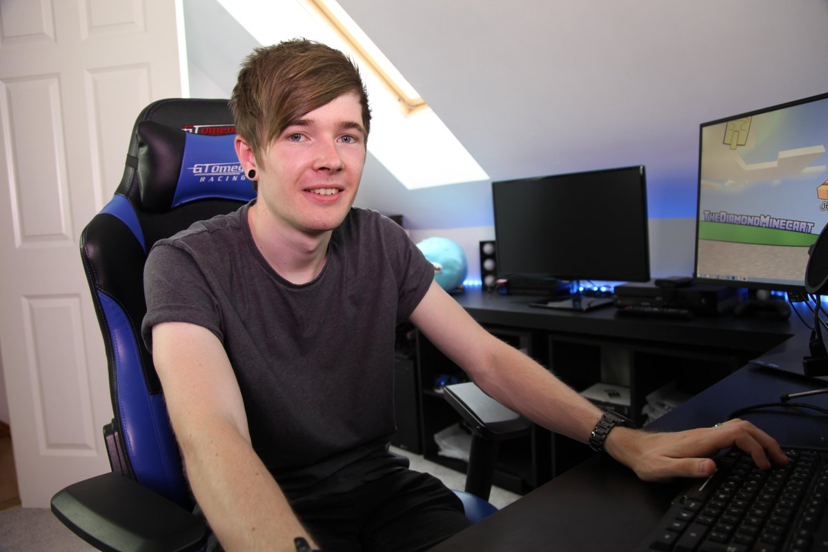 Tonight's NEW show goes behind the scenes with Gaming Legend & YouTube Star #DanTDM @DiamondMinecart Channel 5 @ 7pm! http://t.co/2t98qBO7Qc