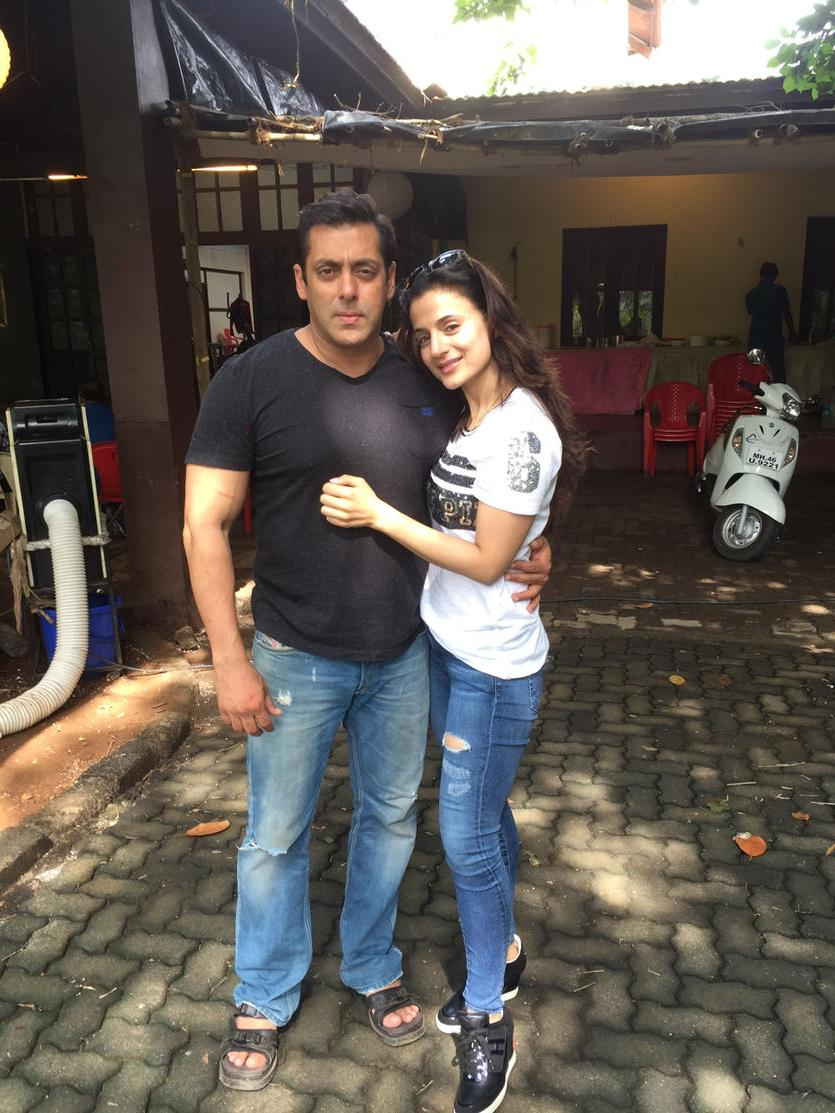 Lovely afternoon with darling @BeingSalmanKhan on sets of PRem Ratan Shan Paul http://t.co/aPiAinHtGH