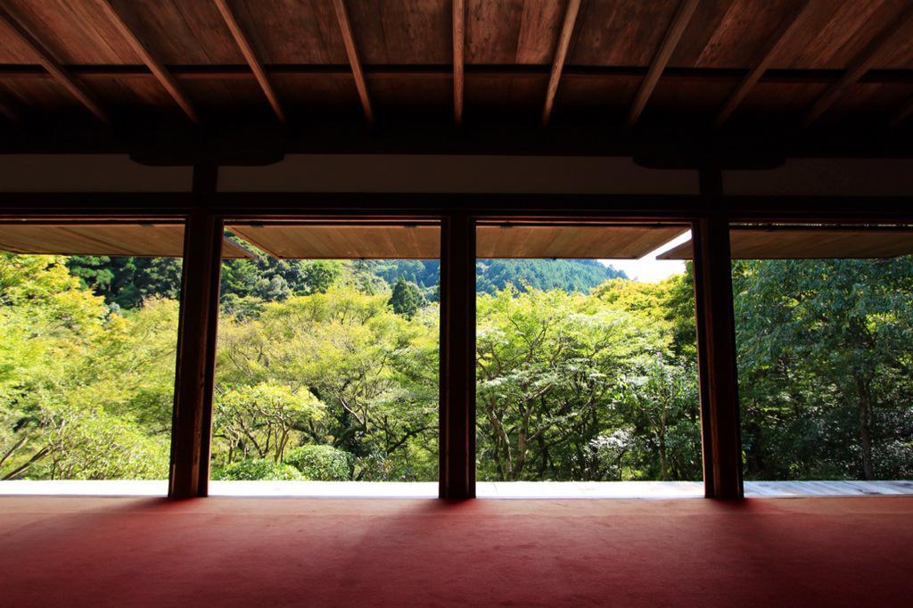 京騒戯画で明恵上人一家が住んでいた場所、であってたっけ?栂尾山高山寺の石水院。印象的な縁側と景観。そして佛眼佛母像