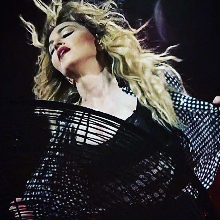 Its Getting Hot In Here!!! ❤️ #rebelhearttour http://t.co/5DlN9gWhvg