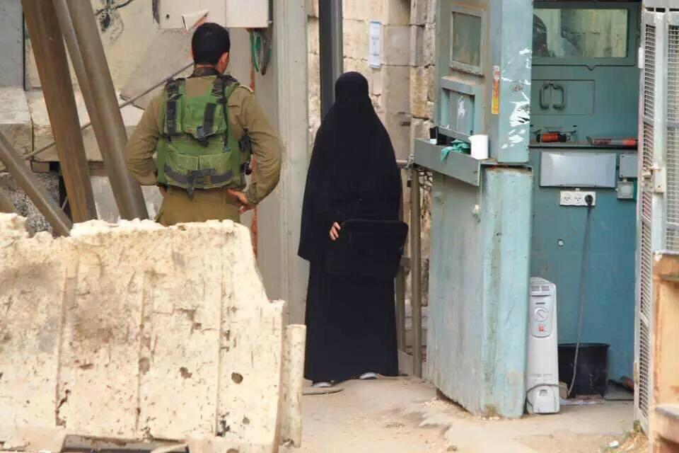 صور: فلسطينية رفضت خلع نقابها ورفضت التفتيش إلا من مجندة، فقتلها الصهاينة. #هديل_الهشلمون_شهيدة_النقاب http://t.co/0zjDygFsjJ