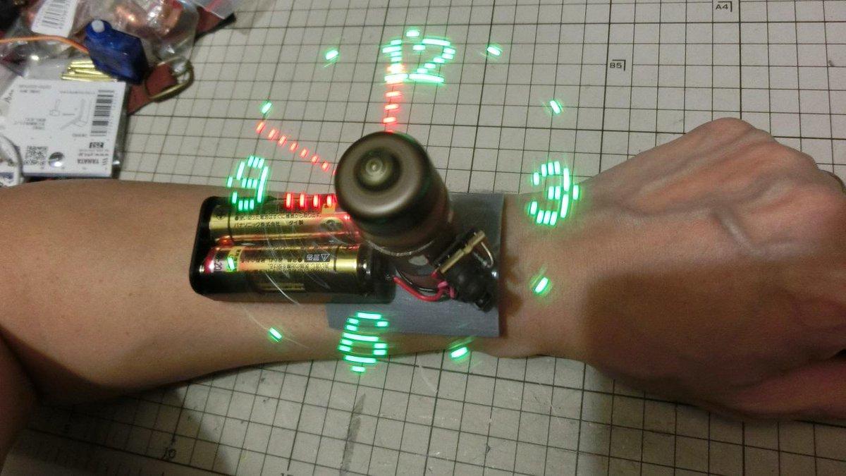 空間表示腕時計。電源を改造して乾電池2本で動くようにしてみた。 http://t.co/RNoBX0vj6C