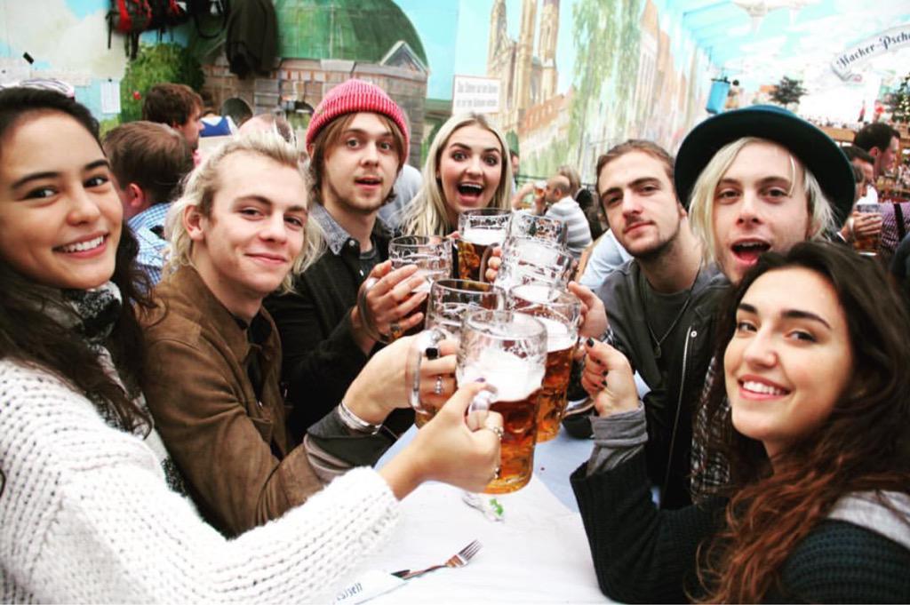 (FOTO) R5 e namoradas no Oktoberfest: http://t.co/umIhJ5ra0D