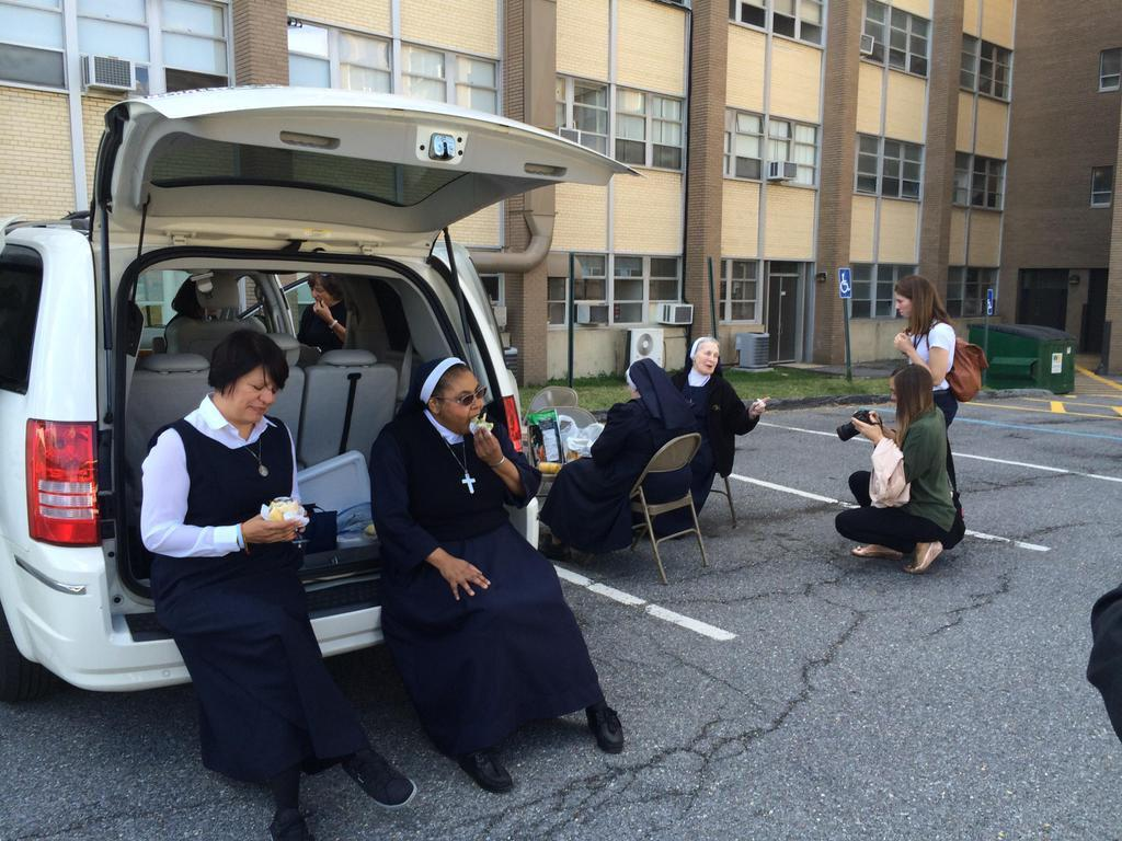 Your papal selfies are great and all, but Nuns Tailgate is the best photo to come out of #PopeInDC. http://t.co/4GHGAVPDGE
