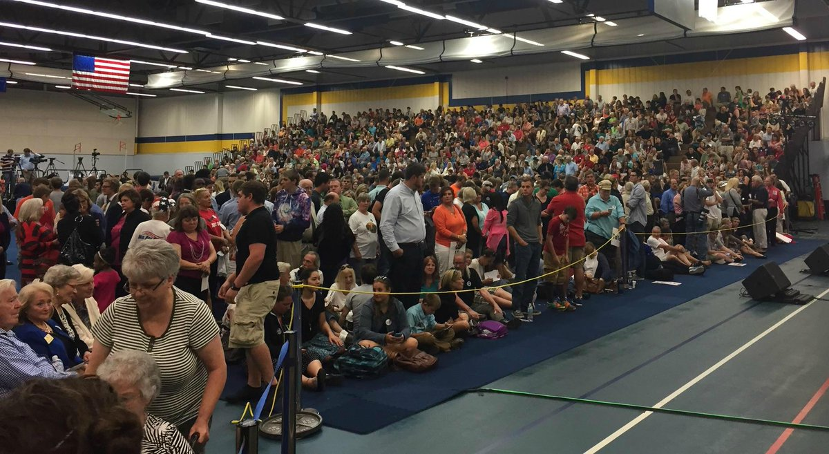 Here's some of the crowd waiting for @RealBenCarson in Michigan. #MichiganMatters2016 http://t.co/pgJj5YlqRI