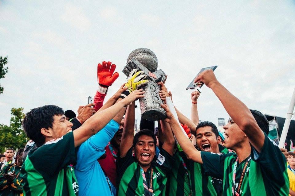 Conquistaron los títulos @homelesswrldcup en Holanda y hoy los llevaron a Los Pinos #MéxicoCampeón http://t.co/IfRFrgblFV