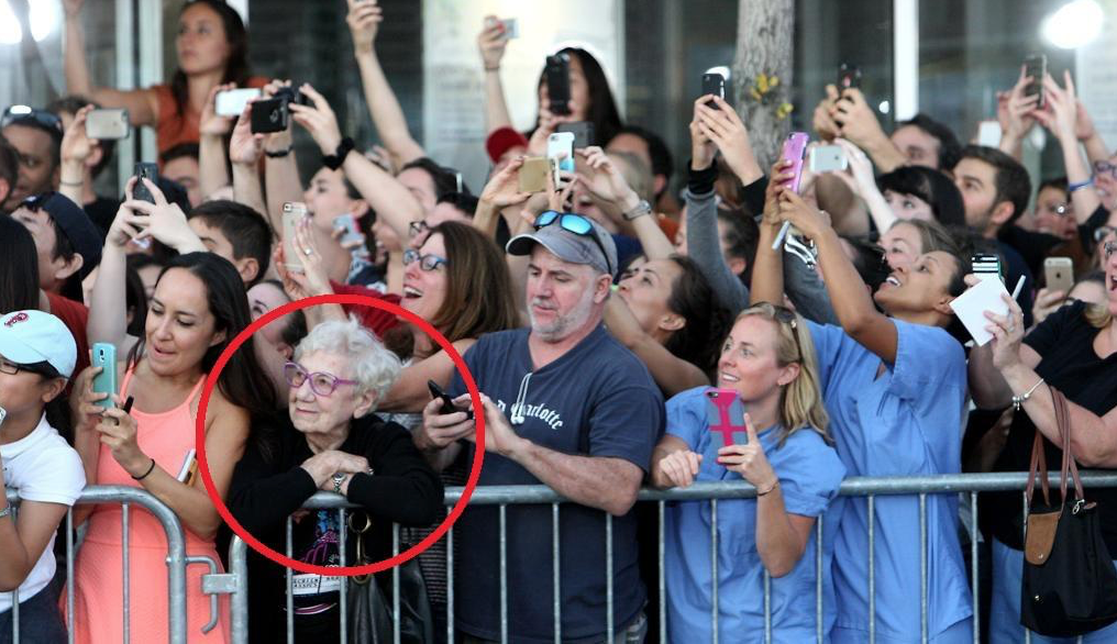 Old lady living the moment wins the Internet today (Thanks via @enriquealex) http://t.co/4ucSCixbjU