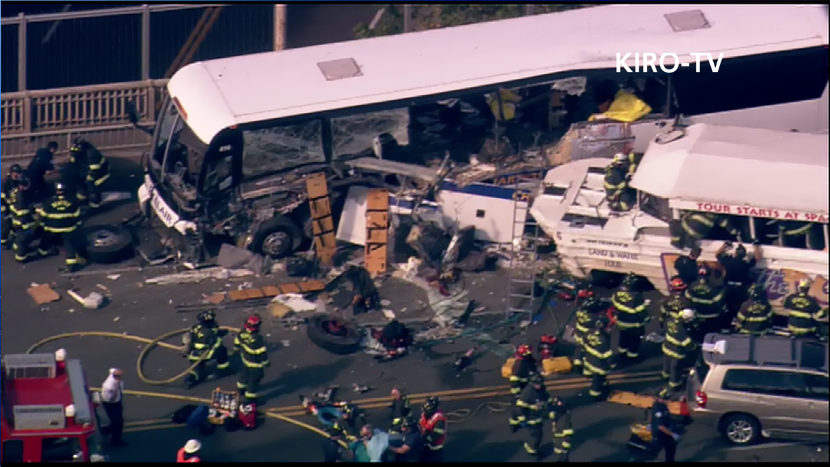 Awful damage to charter bus and Ride The Ducks boat on Aurora Bridge, #Seattle- LIVE on KIRO 7 http://t.co/pvFp8s386G http://t.co/iLPq87geEl