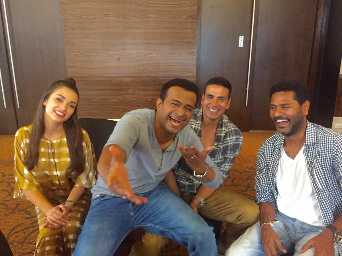 The laughters show how mad our chat was @akshaykumar @iamAmyJackson @PDdancing @SIBTheFilm @AshviniYardi #oye104.8FM http://t.co/1hFGIKuiv8