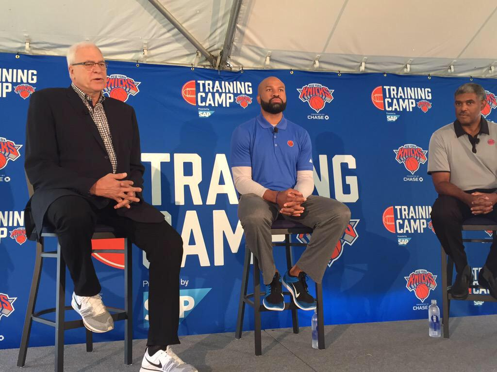look at the god phil jackson out here drippin' with them og flyknits on. ok pleighboi. http://t.co/GGdDFDaMSz